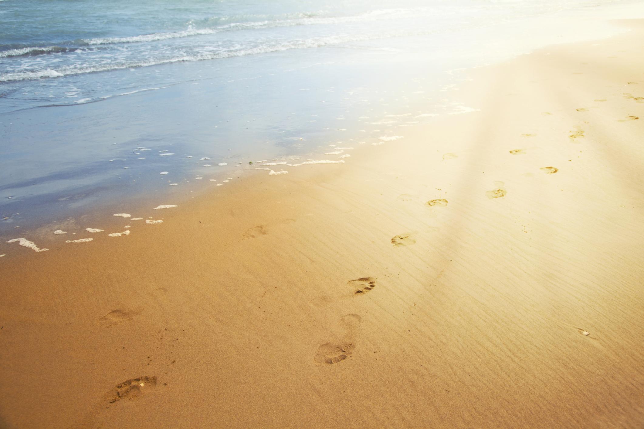 Le orme sulla sabbia pensieri e parole famose for Setacciavano la sabbia dei fiumi